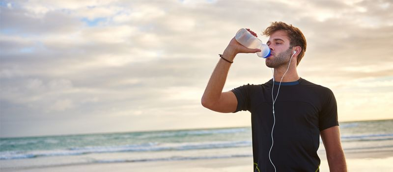 Importancia de mantenerse correctamente hidratado antes, durante y después de las sesiones de entrenamiento.