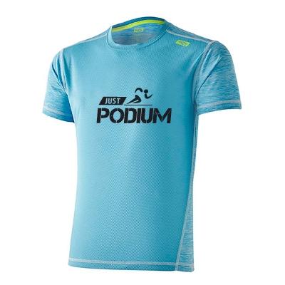 Detalle frente camiseta técnica deportiva azul