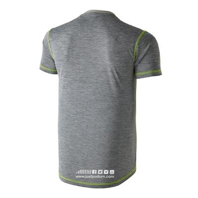 Detalle parte trasera camiseta técnica deportiva gris